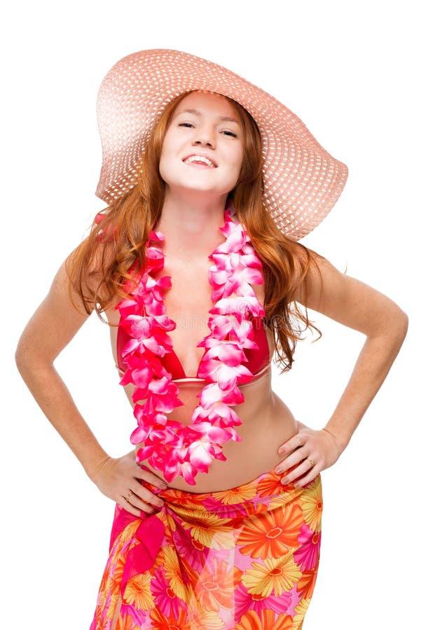 Szczęśliwa uśmiechnięta kobieta z czerwonym włosy w plażowym wizerunku w kwiecistych lei zdjęcia stock