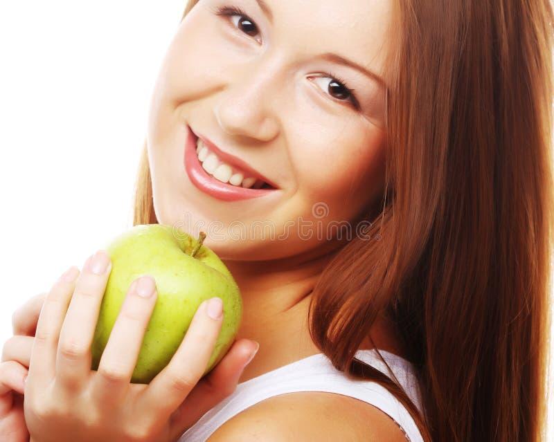 Szczęśliwa uśmiechnięta kobieta z jabłkiem, odizolowywającym na bielu zdjęcie stock