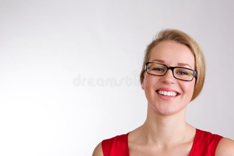 Szczęśliwa uśmiechnięta kobieta z szkłami obraz stock