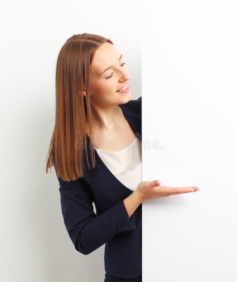 Szczęśliwa uśmiechnięta młoda biznesowa kobieta pokazuje pustego signboard obrazy stock