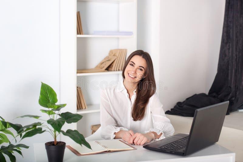 Szczęśliwa uśmiechnięta młoda dziewczyna pracuje w biurze W górę portreta urzędnik Pozytywny młody kierownik pracuje na biznesie obrazy royalty free