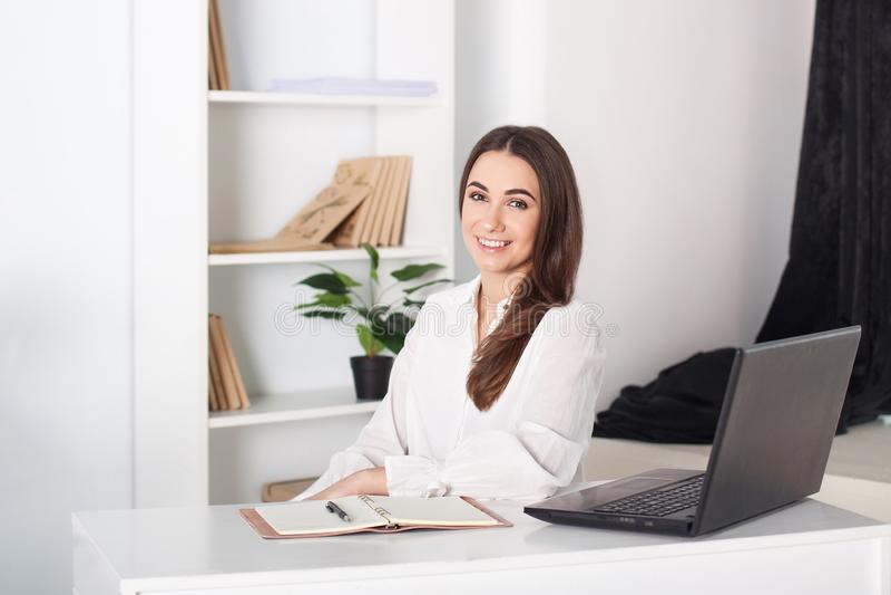 Szczęśliwa uśmiechnięta młoda dziewczyna pracuje w biurze W górę portreta urzędnik Pozytywny młody kierownik pracuje na biznesie obraz stock