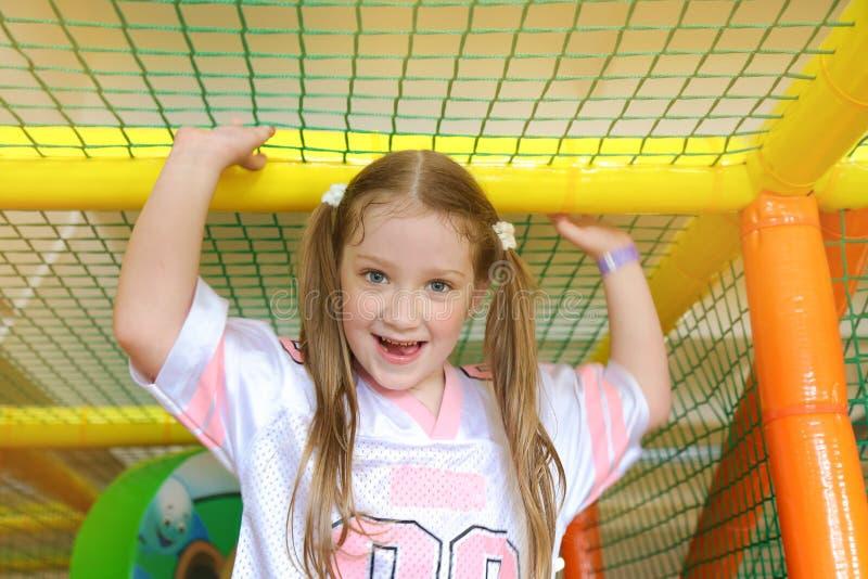 Szczęśliwa uśmiechnięta mała dziewczynka na miękkim boisku pojęcie chi fotografia stock