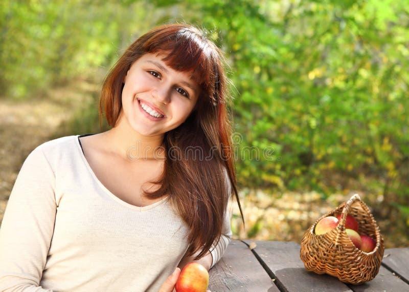 Szczęśliwa uśmiechnięta nastoletnia dziewczyna obraz stock