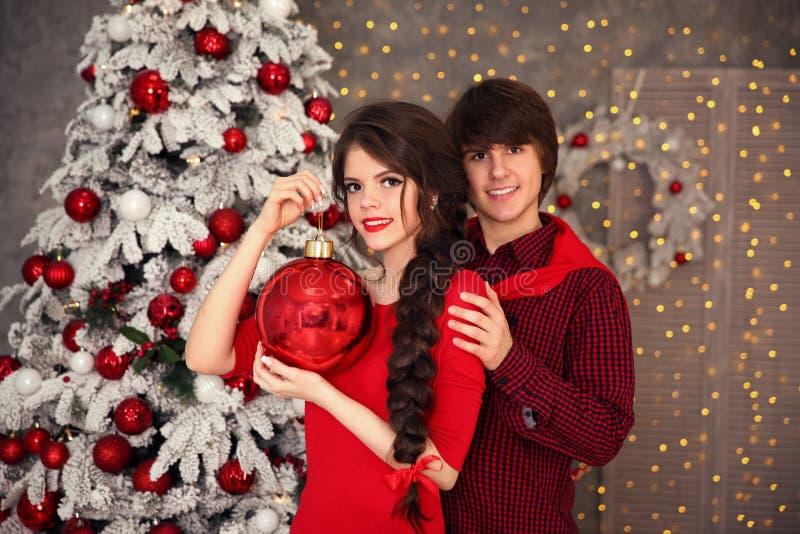 Szczęśliwa uśmiechnięta nastoletnia dziewczyna z długim warkoczem wiązał czerwoną łęku i czerwieni wargę zdjęcie royalty free