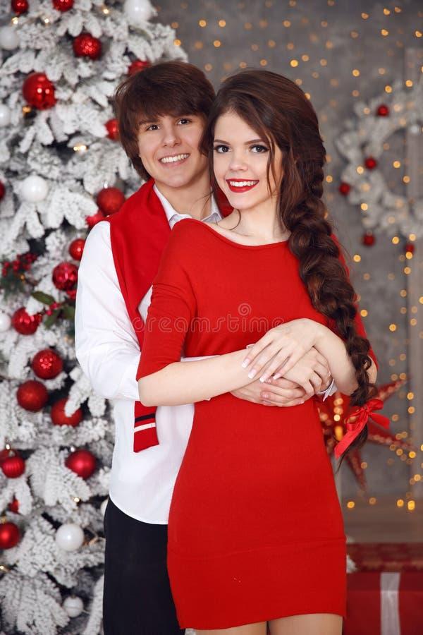 Szczęśliwa uśmiechnięta nastoletnia dziewczyna z długim warkoczem wiązał czerwoną łęku i czerwieni wargę obrazy royalty free