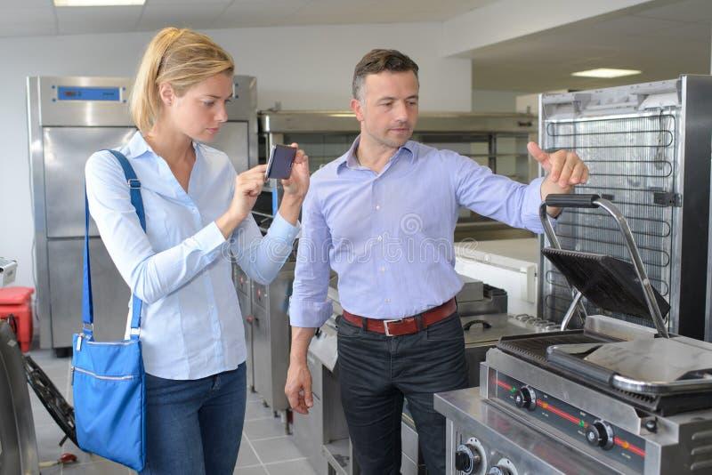Szczęśliwa uśmiechnięta para kupuje nowego kitchenware w supermarkecie obrazy royalty free