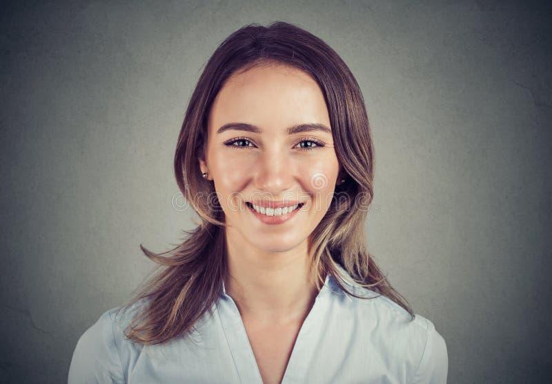 Szczęśliwa, uśmiechnięta, piękna kobieta biznesowa fotografia royalty free