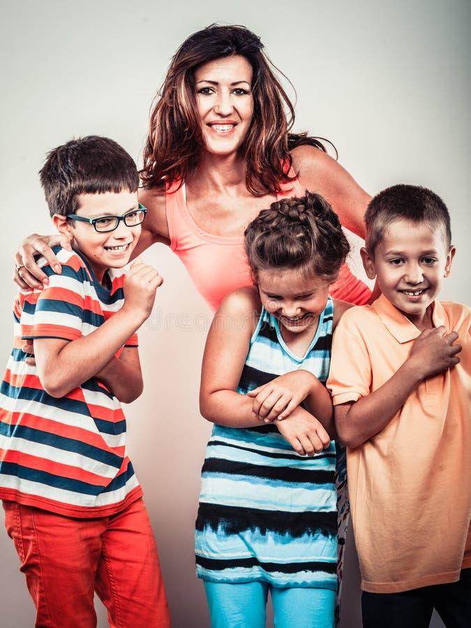 Szczęśliwa uśmiechnięta rodzina żartuje małej dziewczynki i chłopiec zdjęcia royalty free