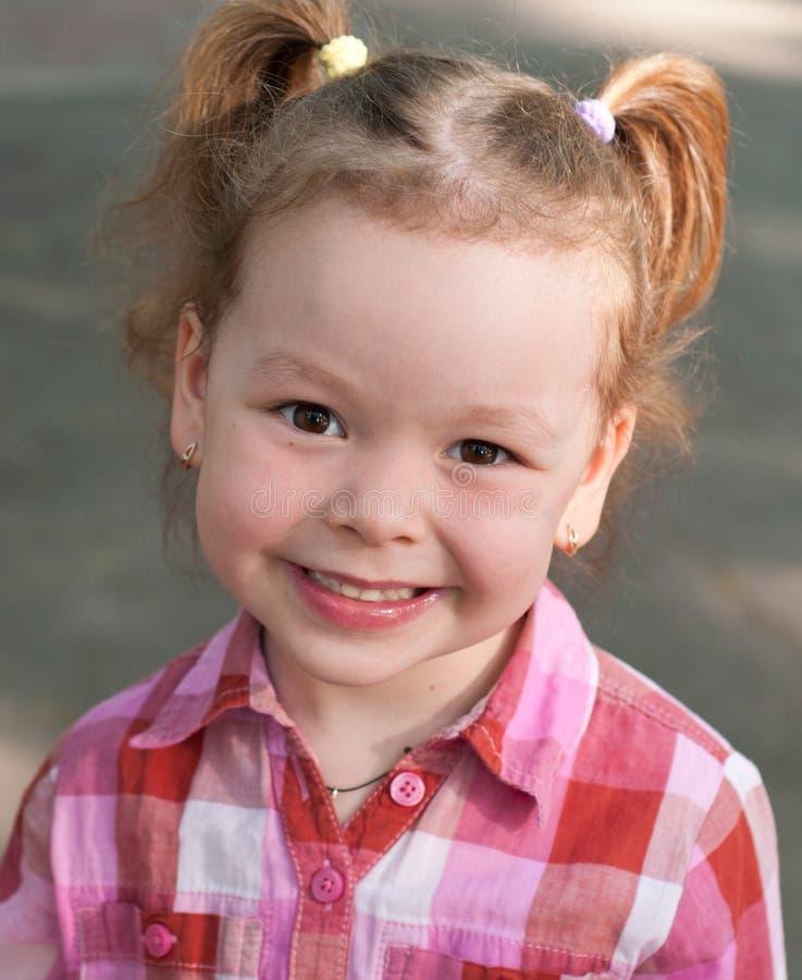 Szczęśliwa uśmiechu liitle dziewczyna obrazy royalty free