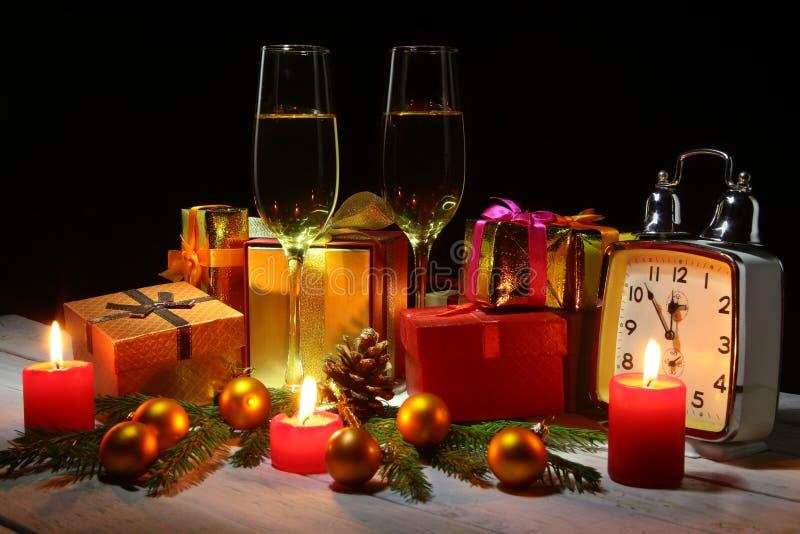 Szczęśliwa wakacyjna dekoracja z Bożenarodzeniowymi piłkami, prezentów pudełkami, zegarkiem i świeczkami, Nowego Roku drzewo, roż zdjęcia stock