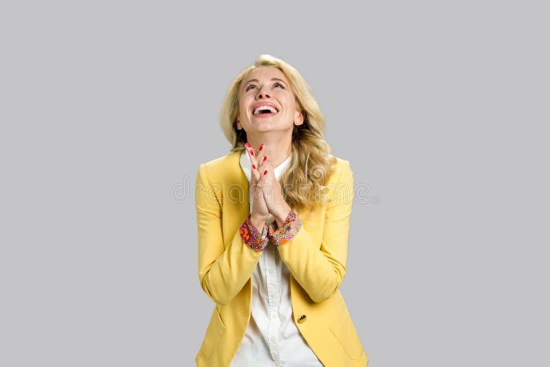 Szczęśliwa wdzięczna młoda blond kobieta fotografia royalty free