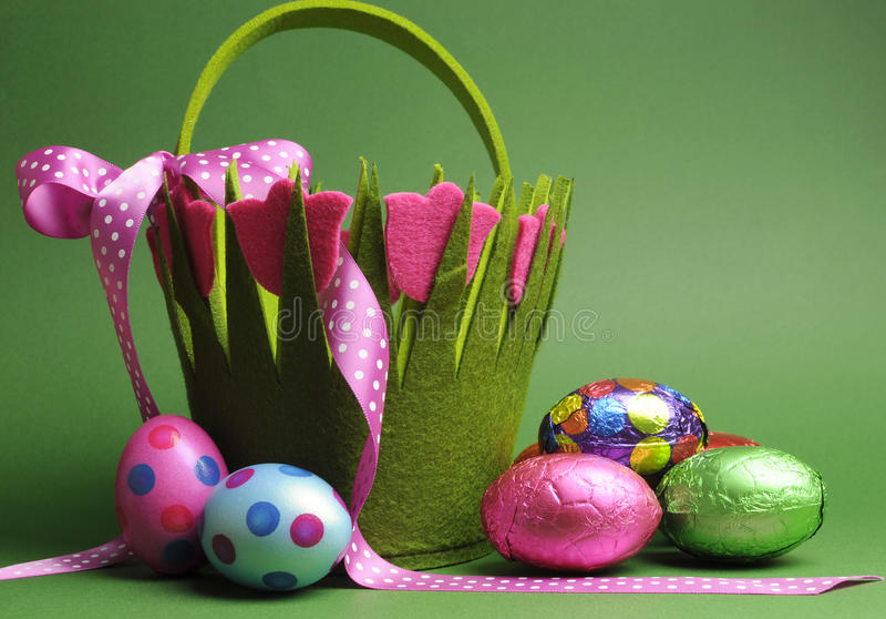 Wielkanocnego jajka polowanie z kolorową wiosna tematu polki kropką niesie koszykową torbę i czekoladowych Wielkanocnych jajka zdjęcia stock
