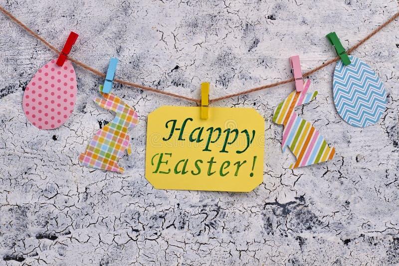 Szczęśliwa Wielkanocna wiadomość i papierowe figurki fotografia royalty free