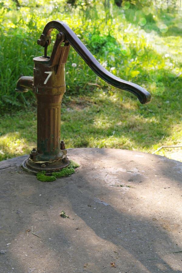 Szczęśliwa wodna well pompa obrazy stock