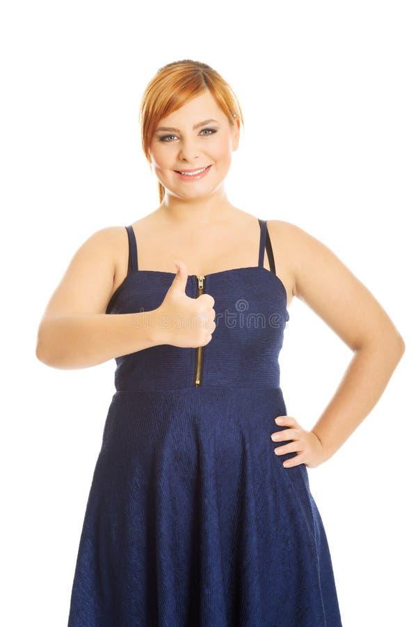 Szczęśliwa z nadwagą kobieta z aprobatami zdjęcia stock