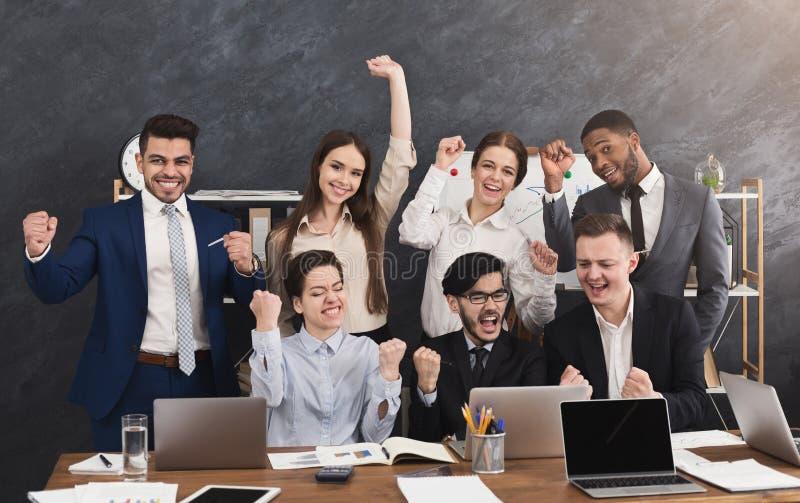 Szczęśliwa z podnieceniem biznes drużyna patrzeje laptop zdjęcia royalty free