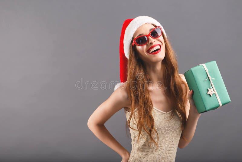 Szczęśliwa Z podnieceniem kobieta Uśmiecha się prezent I Trzyma zdjęcie royalty free