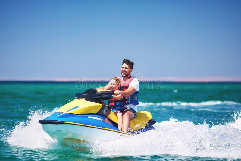 Szczęśliwa, z podnieceniem rodzina, ma zabawę na dżetowej narcie przy wakacje, zdjęcia stock