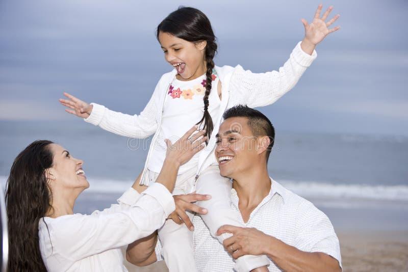 szczęśliwa zabawy plażowa rodzinna dziewczyna mieć latynosa fotografia royalty free