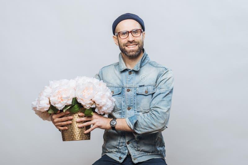 Szczęśliwa zadowolona samiec kupuje bukiet kwiaty dla specjalnego occasio fotografia royalty free