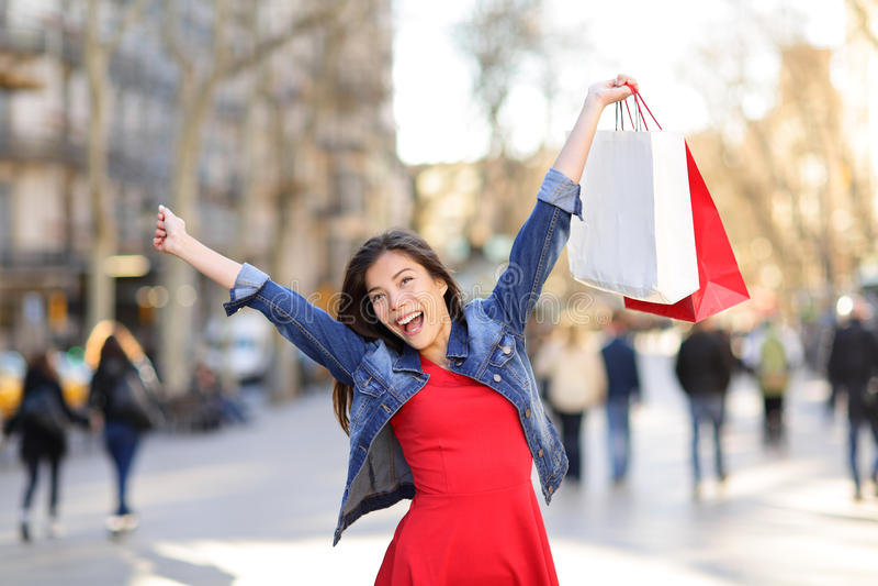 Szczęśliwa zakupy kobieta na losu angeles Rambla ulicie Barcelona obraz stock
