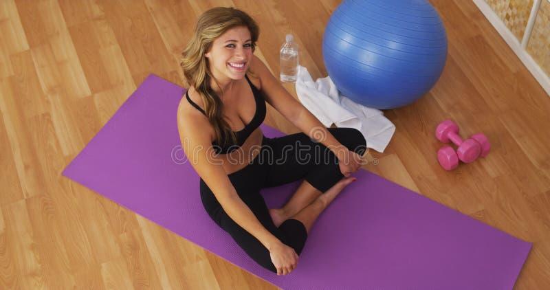 Szczęśliwa zdrowa młoda kobieta ono uśmiecha się na trening macie obrazy stock