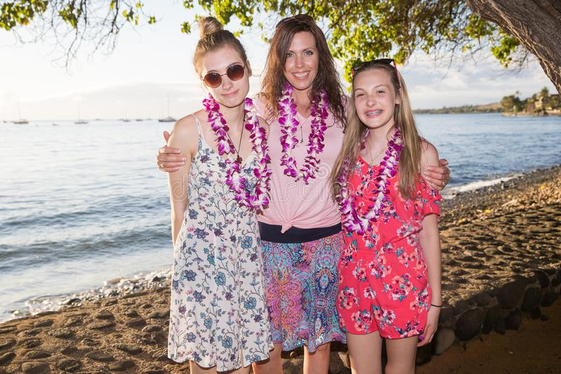 Szczęśliwa zdrowa rodziny matka, córki przy plażą i zdjęcie stock