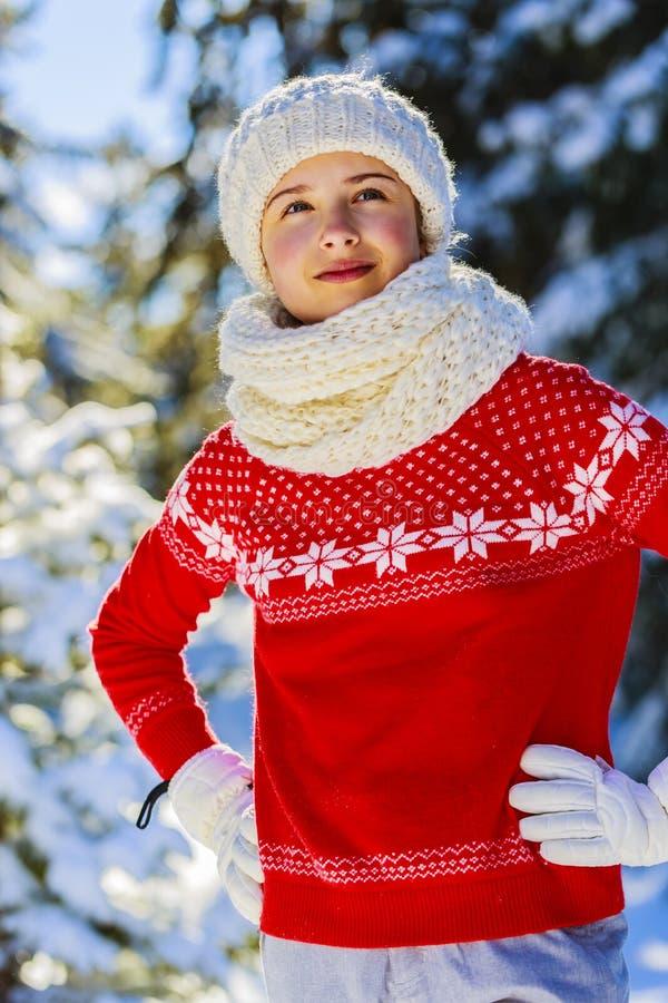 Szczęśliwa zimy dziewczyna jest ubranym dziającego odzież szalika Z podnieceniem piękny fotografia stock