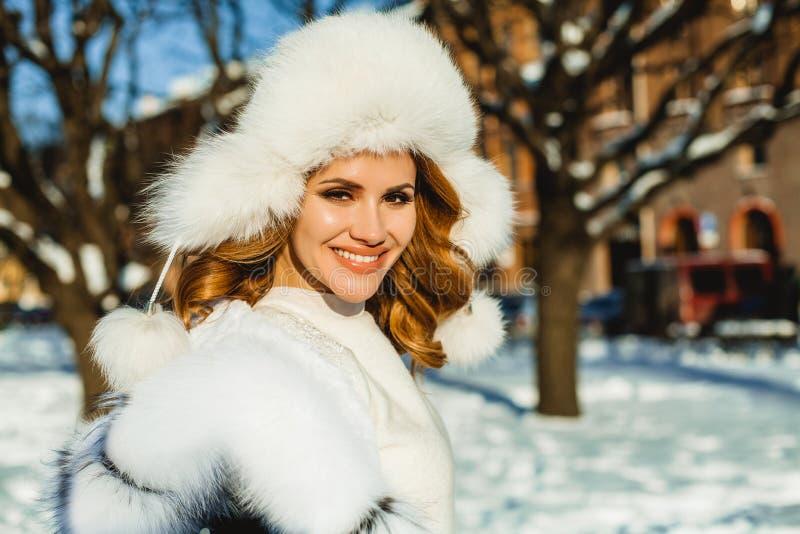 Szczęśliwa zimy dziewczyna outdoors Życzliwa kobiety twarz fotografia royalty free