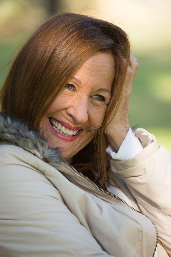 Szczęśliwa zrelaksowana atrakcyjna dojrzała kobieta zdjęcia stock