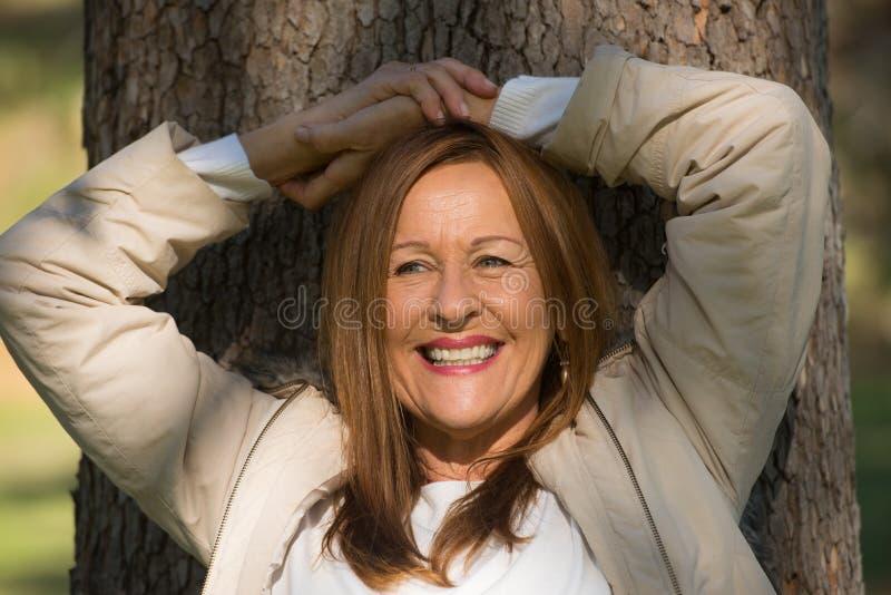 Szczęśliwa zrelaksowana kobieta zamykająca przygląda się plenerowego zdjęcia royalty free