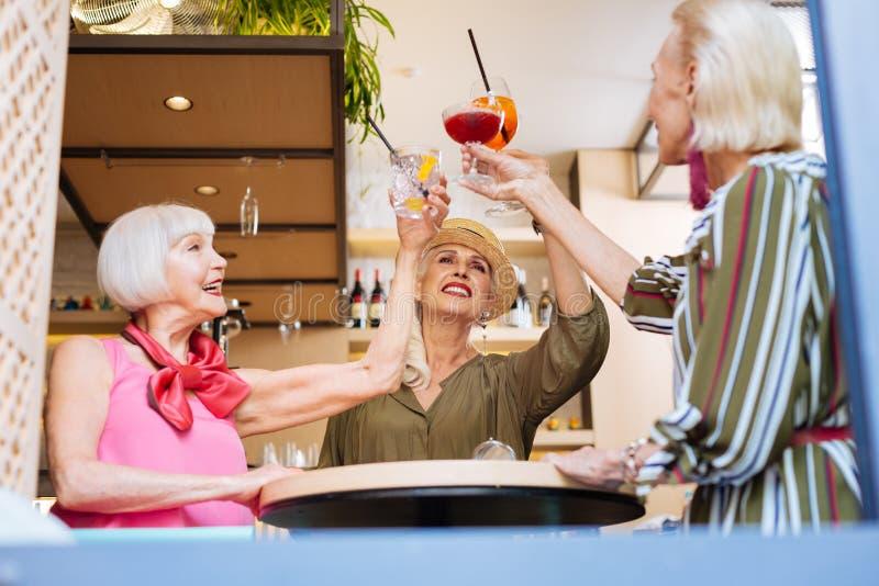 Szczęśliwe ładne kobiety spotyka w kawiarni zdjęcia royalty free