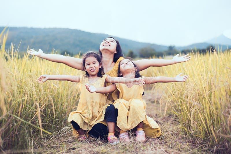 Szczęśliwe azjatykcie małe dziecko dziewczyny ma zabawę bawić się z matką zdjęcia stock