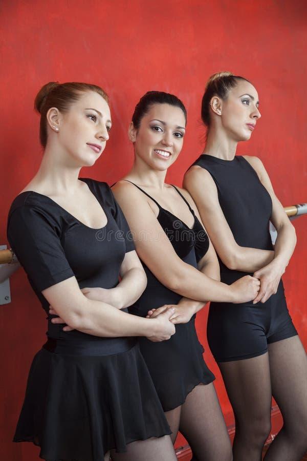 Szczęśliwe baleriny mienia przyjaciół ręki W studiu zdjęcie stock