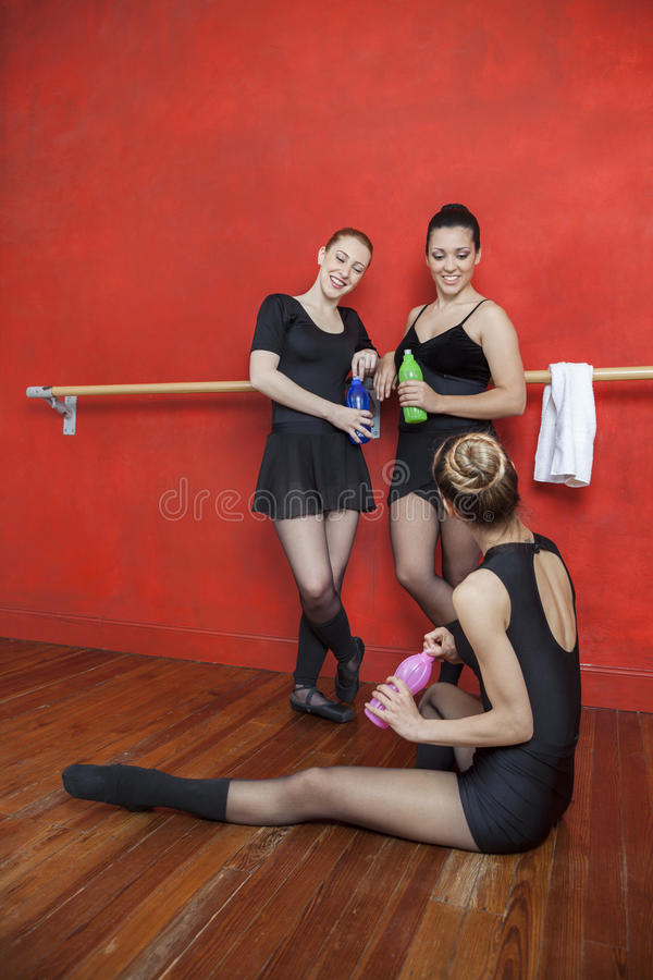 Szczęśliwe baleriny Trzyma bidony W studiu obrazy stock