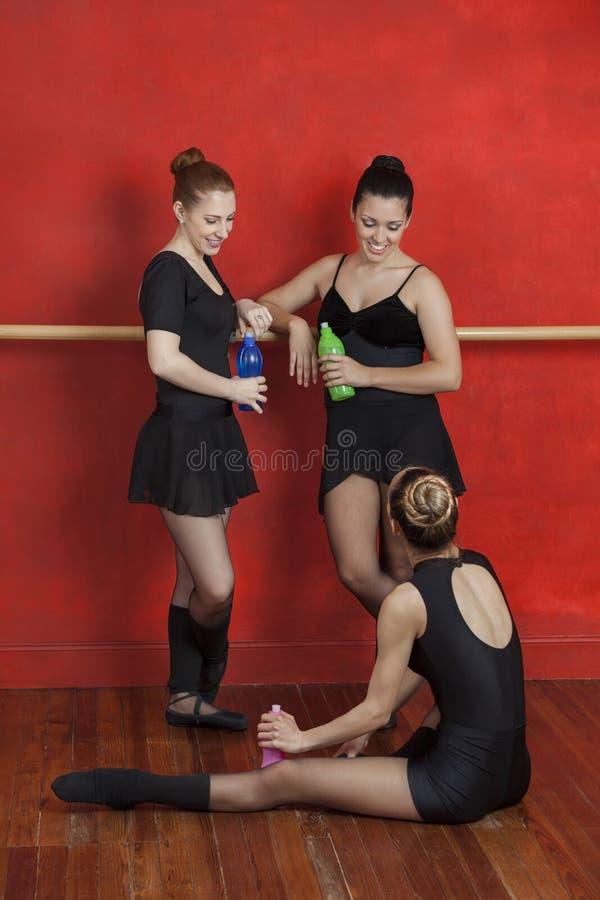 Szczęśliwe baleriny Z bidonami W tana studiu obrazy stock