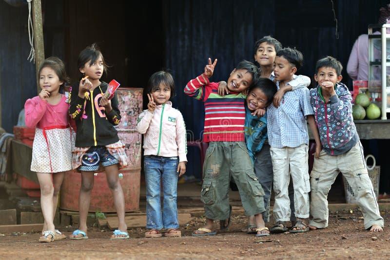 Szczęśliwe biedne uśmiechów dzieci dziewczyny i chłopiec w Asia wiosce zdjęcia royalty free