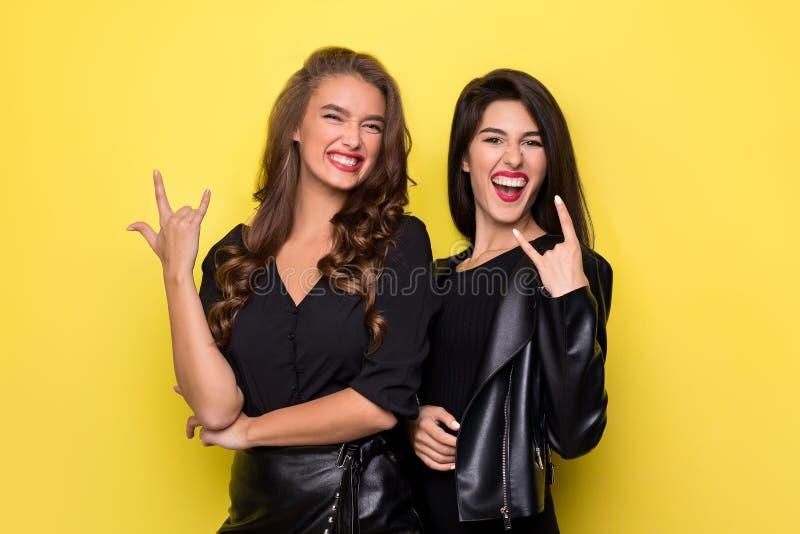 Szczęśliwe budzący emocje kobiety robią rockowej n rolce gestykulować zdjęcie stock