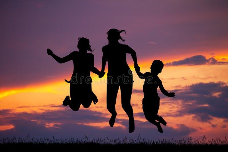 Szczęśliwe chłopiec i dziewczyny przy zmierzchem royalty ilustracja