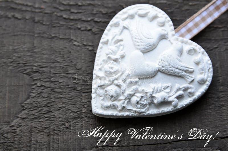 szczęśliwe dni valentines Dekoracyjny biały serce na nieociosanym drewnianym tle Walentynki serce Walentynki ` s dzień lub miłośc zdjęcie stock