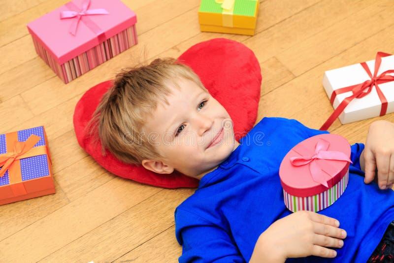 Download Szczęśliwe Dziecka Otwarcia Teraźniejszość Przy Rodzinnym Wakacje Zdjęcie Stock - Obraz złożonej z wakacje, narodziny: 53791708