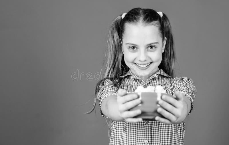Szczęśliwe dziecko kocha słodycze i smakołyki piszczel Sklep cukierniczy Zdrowe jedzenie i opieka stomatologiczna Dieta i kaloria zdjęcia royalty free