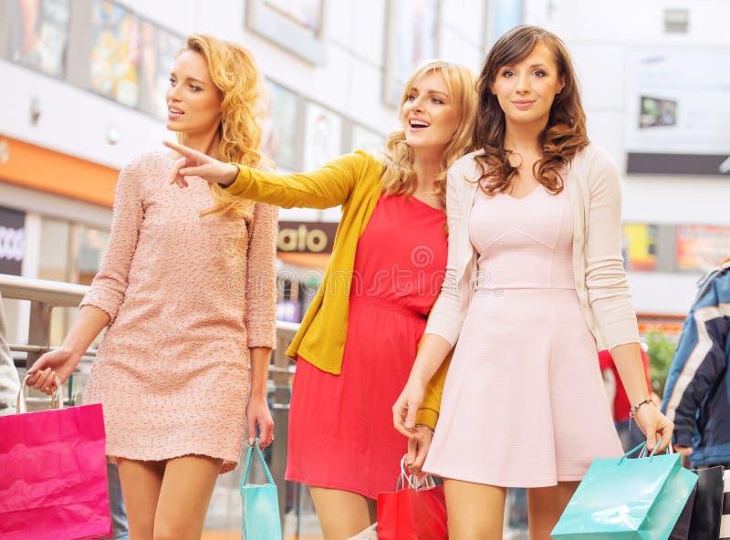 Szczęśliwe dziewczyny w zakupy centrum handlowym fotografia royalty free