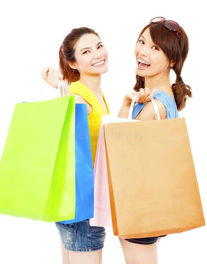 Szczęśliwe i uśmiechnięte młode kobiety z torba na zakupy obrazy royalty free