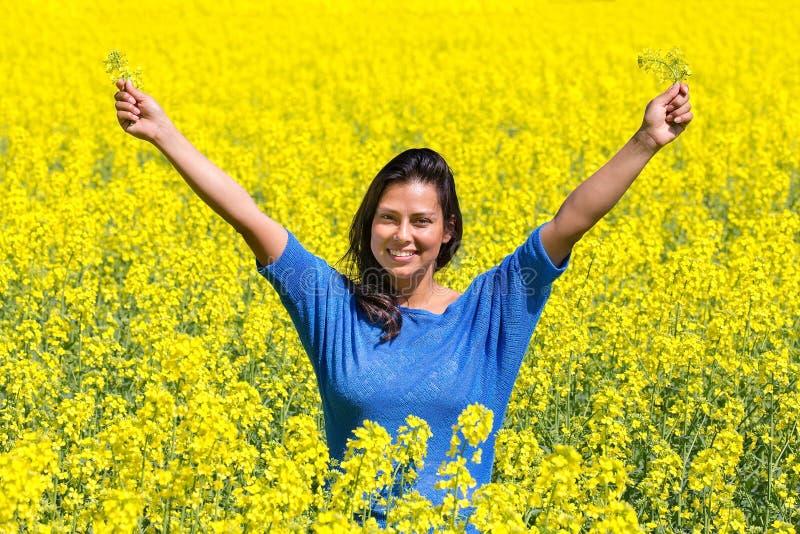 Szczęśliwe kobiet ręki up w rapeseed polu zdjęcie royalty free