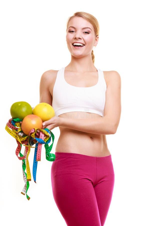Szczęśliwe kobiety mienia taśmy i grapefruits miary zdjęcia royalty free