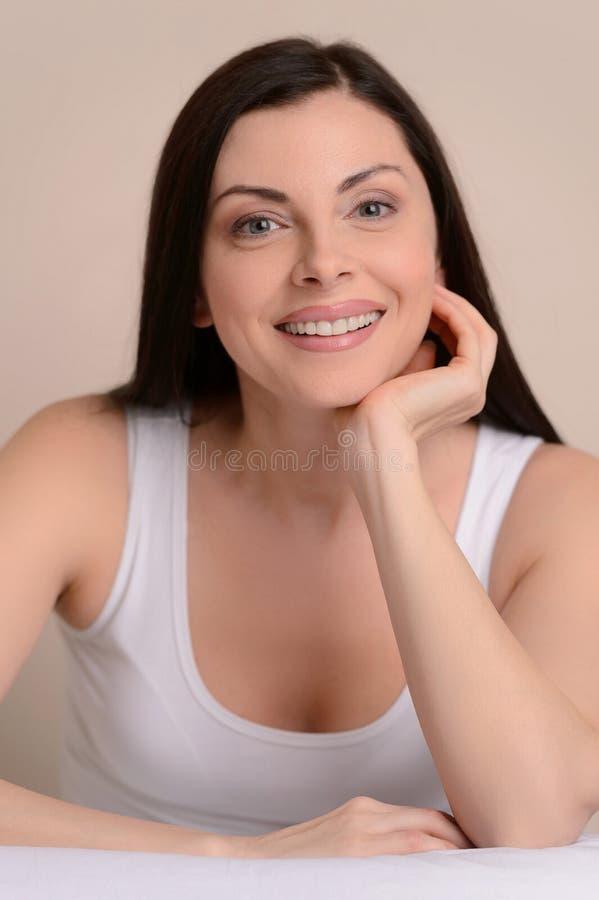 Szczęśliwe kobiety. Piękne w średnim wieku kobiety ono uśmiecha się przy kamerą i h zdjęcia royalty free