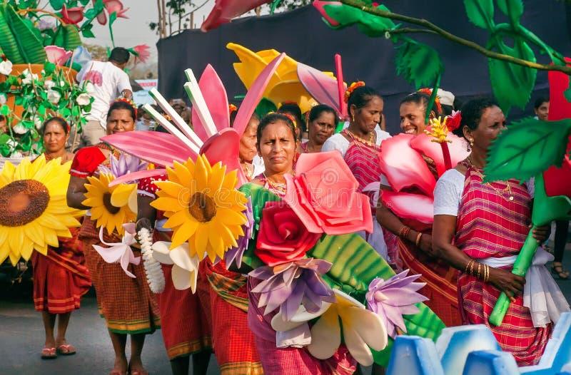 Szczęśliwe kobiety w tłumu ludzie przy jaskrawą paradą tradycyjny Goa karnawał zdjęcia royalty free
