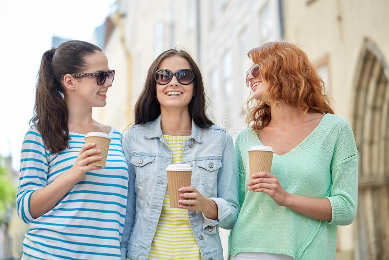 Download Szczęśliwe Młode Kobiety Pije Kawę Na Miasto Ulicie Zdjęcie Stock - Obraz złożonej z zabawa, femaleness: 57655416
